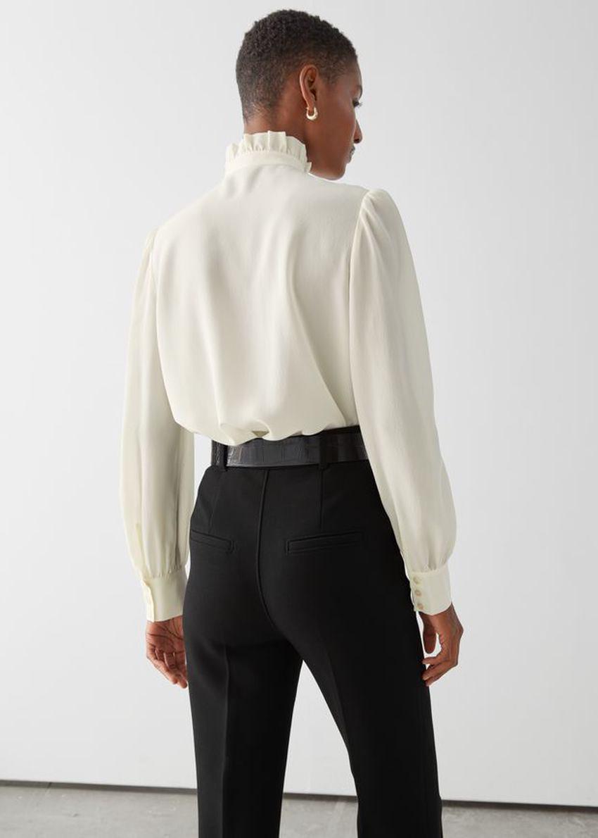앤아더스토리즈 스트레이트 핏 실크 셔츠의 화이트컬러 ECOMLook입니다.