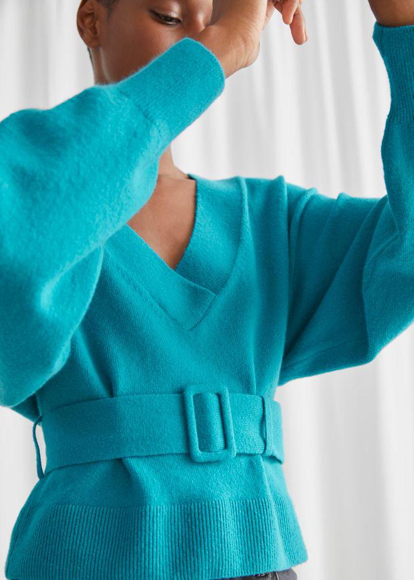 앤아더스토리즈 오버사이즈 벨티드 브이컷 스웨터의 터쿼이즈컬러 ECOMLook입니다.