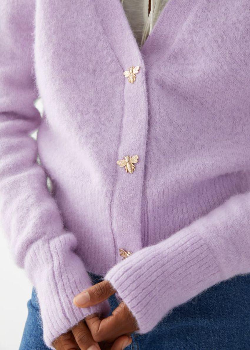앤아더스토리즈 허니비 버튼 알파카 블렌드 가디건의 라일락컬러 Detail입니다.