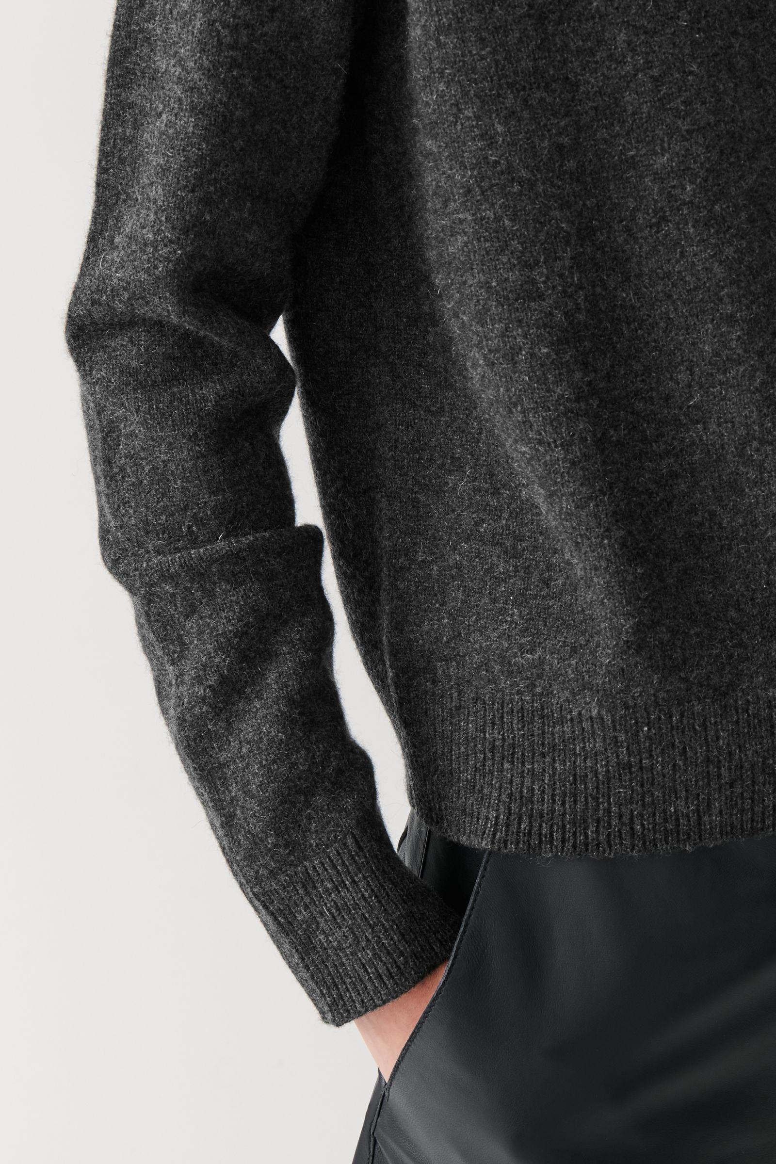 COS 니티드 캐시미어 스웨터의 차콜컬러 ECOMLook입니다.