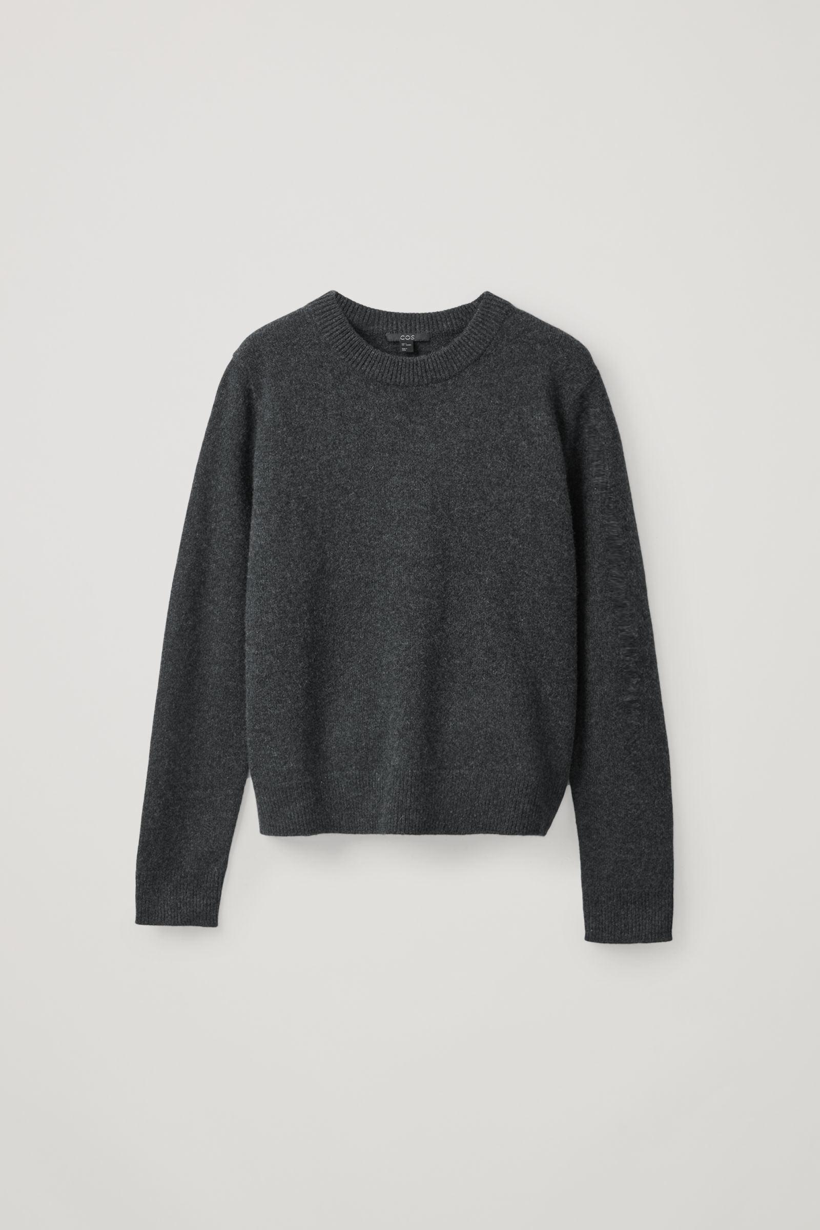 COS 니티드 캐시미어 스웨터의 차콜컬러 Product입니다.