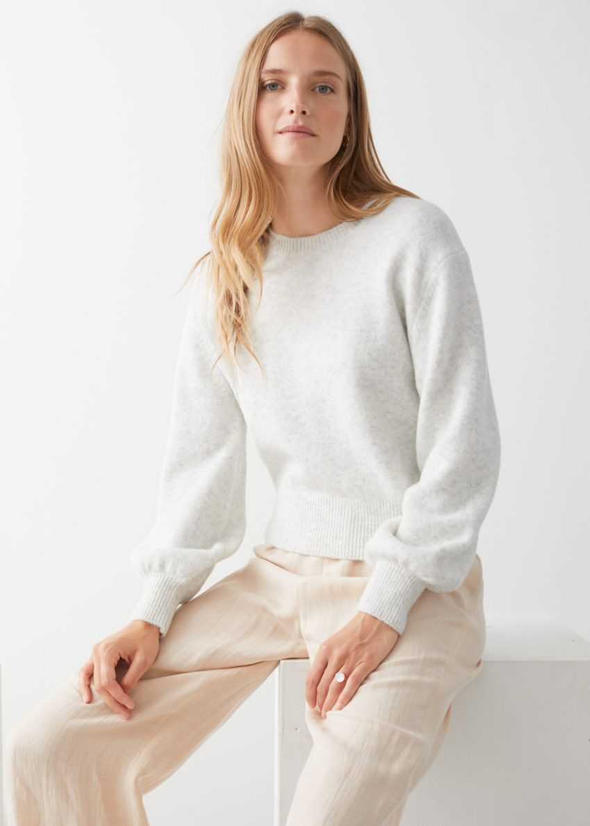 앤아더스토리즈 크롭 스웨터의 라이트 그레이컬러 ECOMLook입니다.