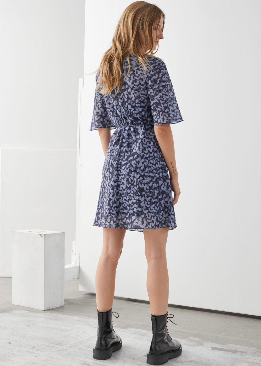 앤아더스토리즈 벨티드 A 라인 미니 드레스의 퍼플 프린트컬러 ECOMLook입니다.