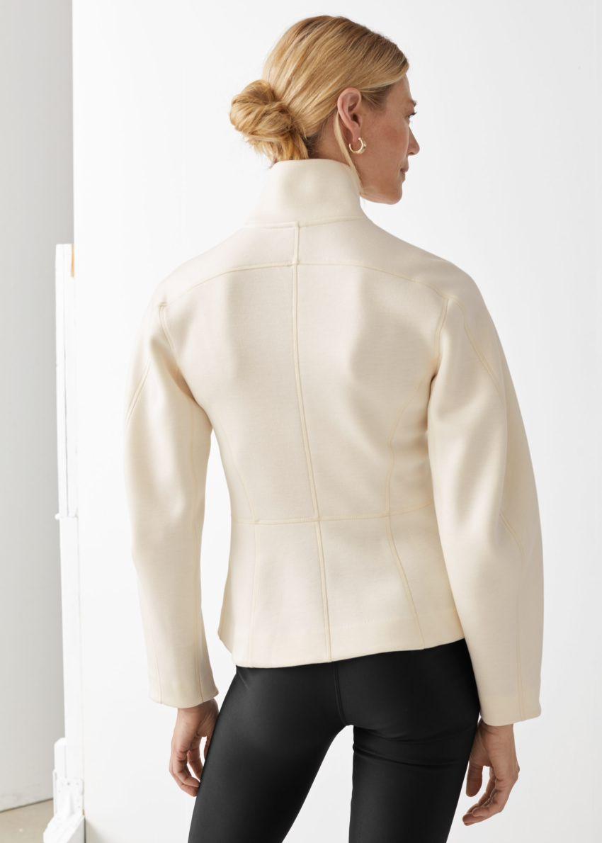 앤아더스토리즈 스쿠버 집 재킷의 크림컬러 ECOMLook입니다.