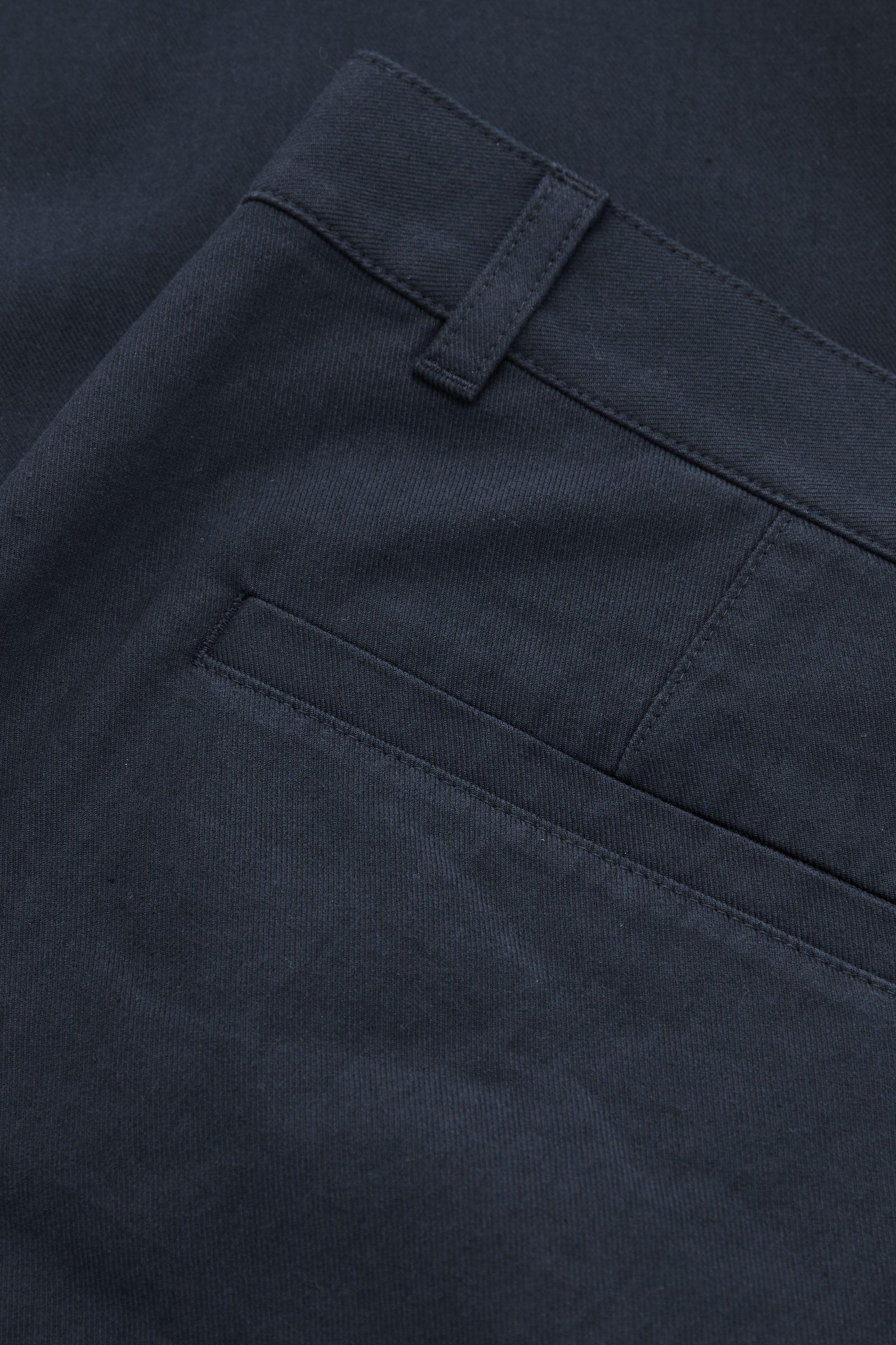 COS 레귤러 핏 테이퍼드 치노의 다크 블루컬러 Detail입니다.