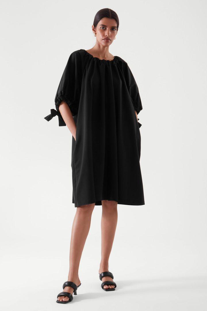 COS default image 5 of 블랙 in 개더드 드레스