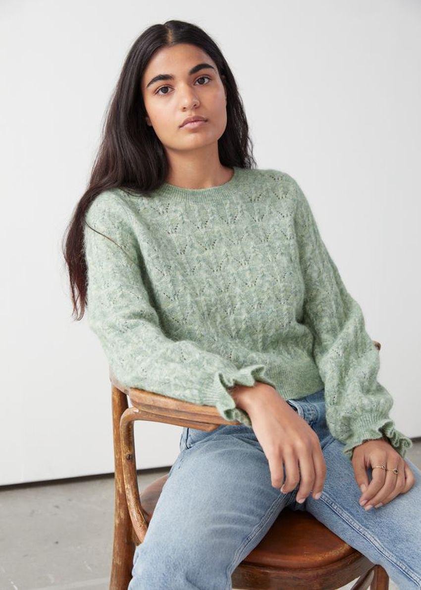 앤아더스토리즈 알파카 블렌드 러플 케이블 니트 스웨터의 라이트 그린컬러 ECOMLook입니다.