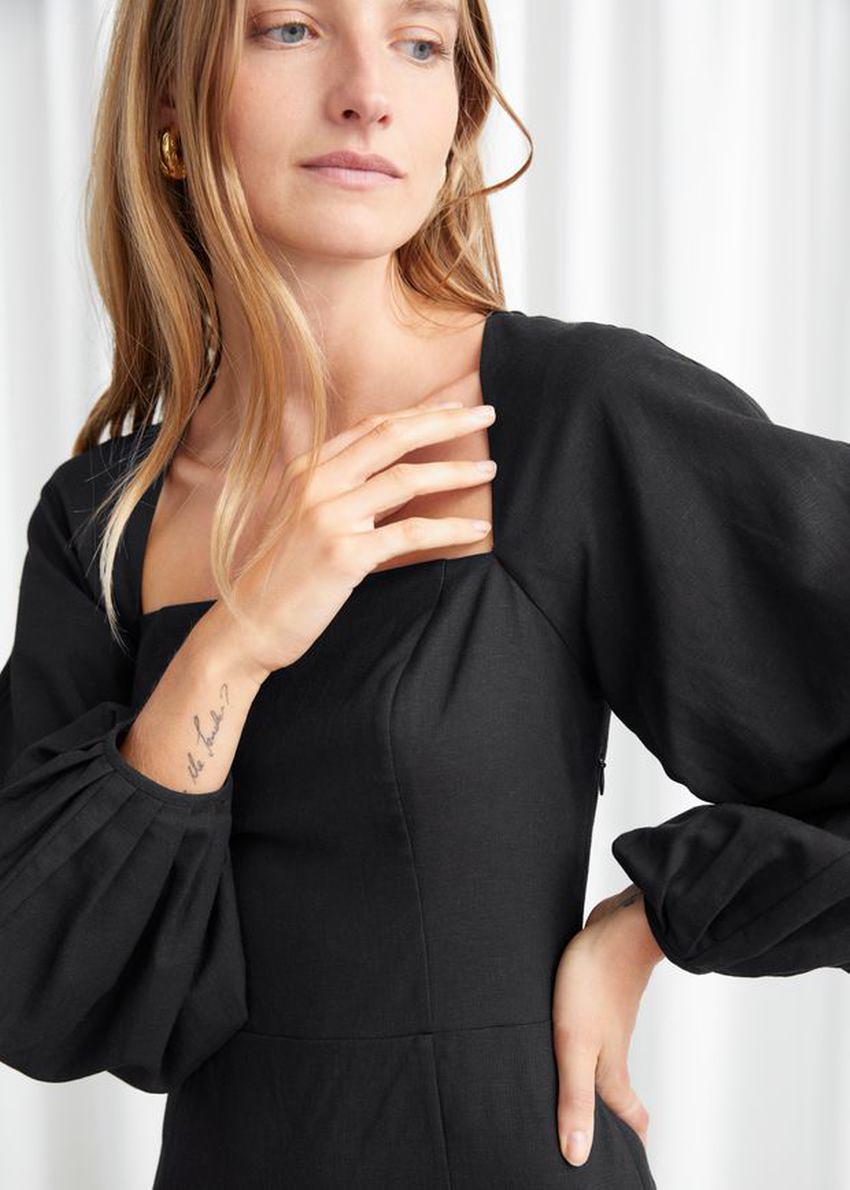 앤아더스토리즈 벌룬 슬리브 미니 드레스의 블랙컬러 ECOMLook입니다.