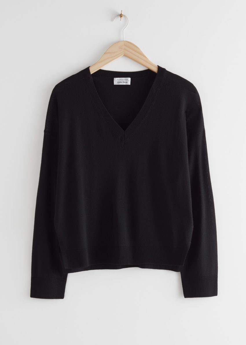 앤아더스토리즈 릴렉스드 브이넥 니트 스웨터의 블랙컬러 Product입니다.
