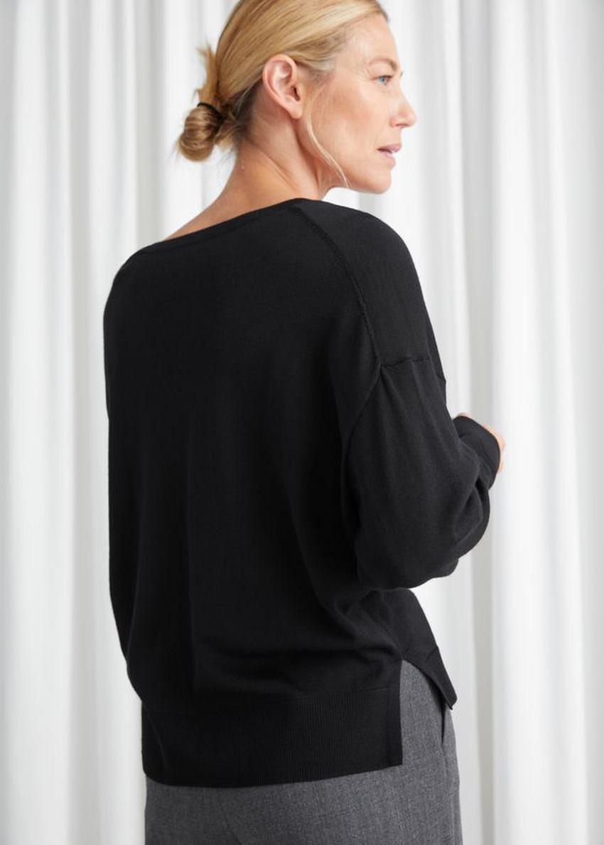 앤아더스토리즈 릴렉스드 브이넥 니트 스웨터의 블랙컬러 ECOMLook입니다.