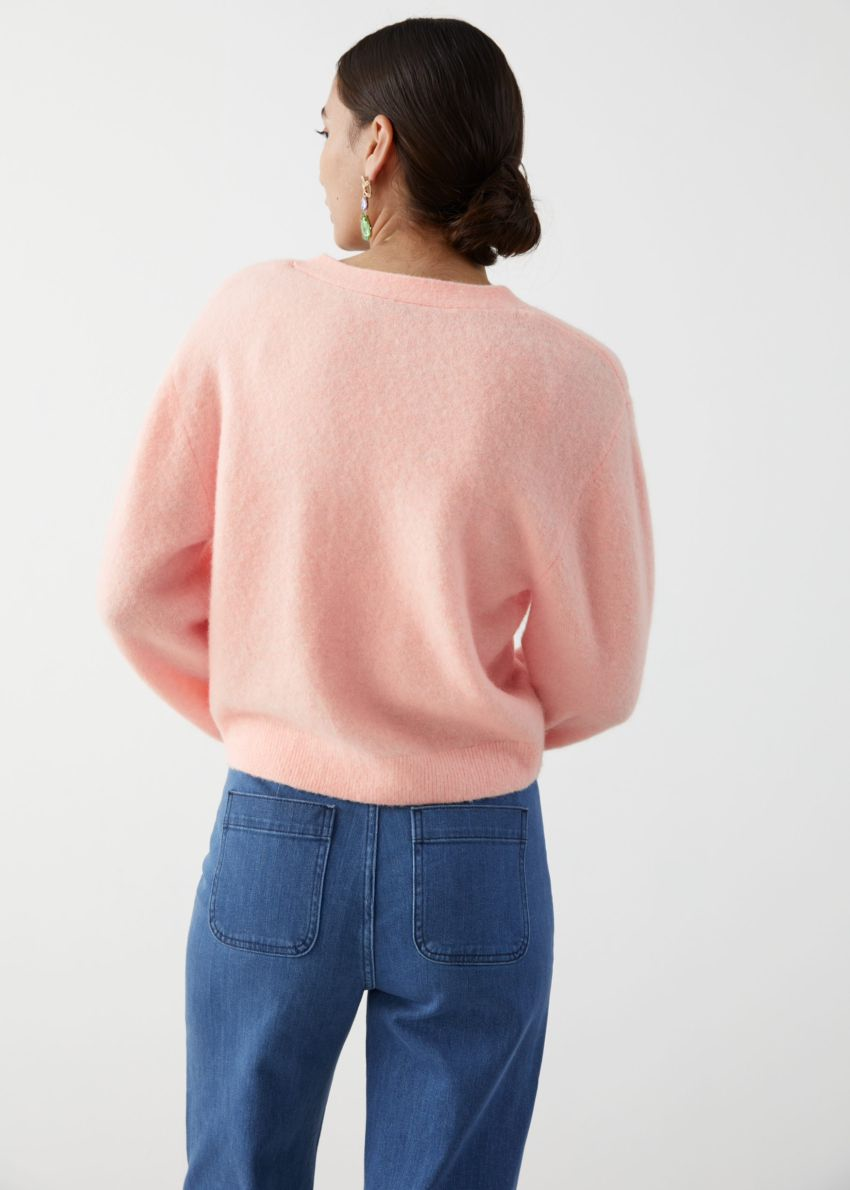 앤아더스토리즈 알파카 블렌드 브이-넥 가디건의 라이트 핑크컬러 ECOMLook입니다.