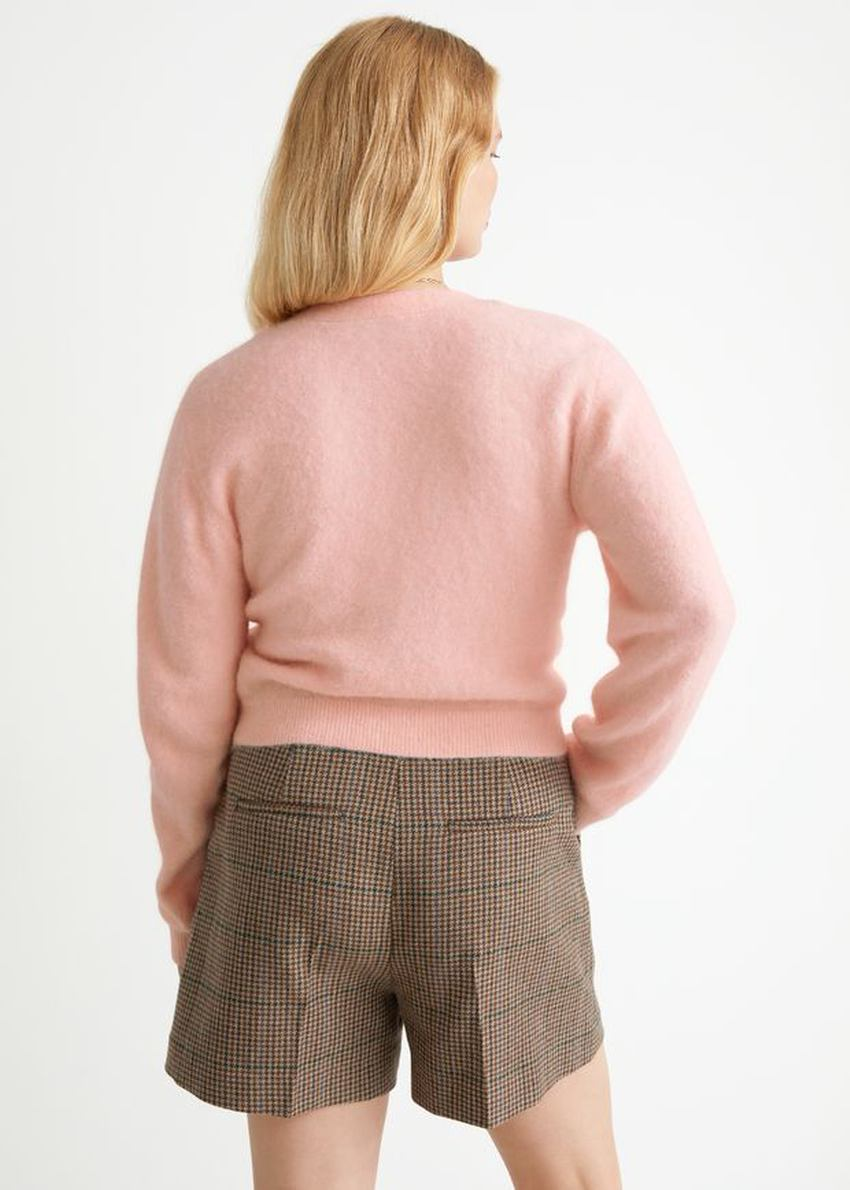 앤아더스토리즈 알파카 블렌드 브이넥 가디건의 라이트 핑크컬러 ECOMLook입니다.