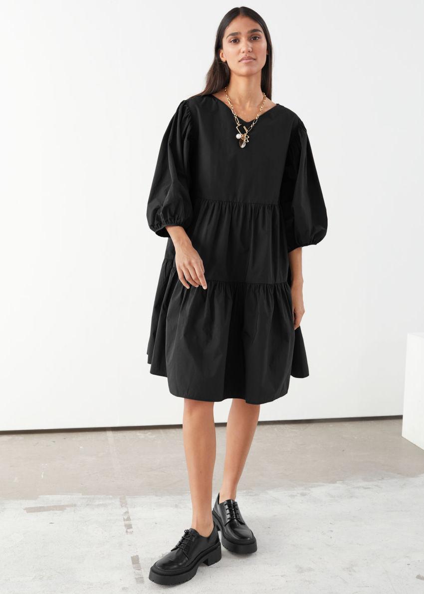 앤아더스토리즈 코튼 블렌드 볼류미너스 미디 드레스의 블랙컬러 ECOMLook입니다.