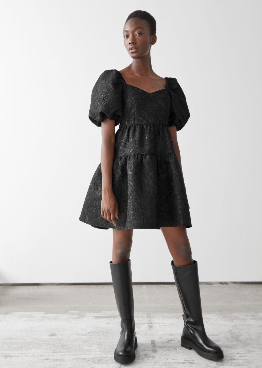 앤아더스토리즈 와이드 퍼프 슬리브 자카드 미니 드레스의 블랙컬러 ECOMLook입니다.