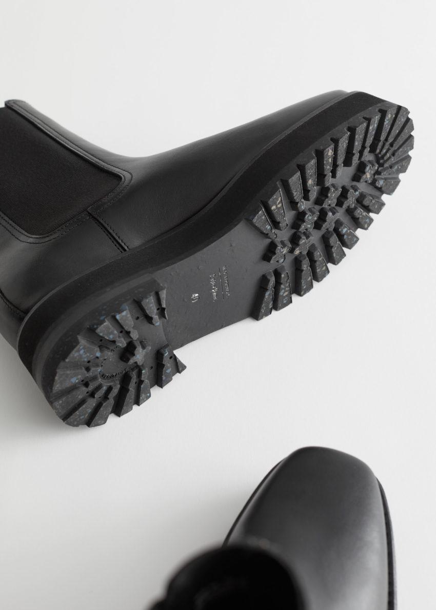 앤아더스토리즈 스퀘어 토 레더 첼시 부츠의 블랙컬러 Product입니다.