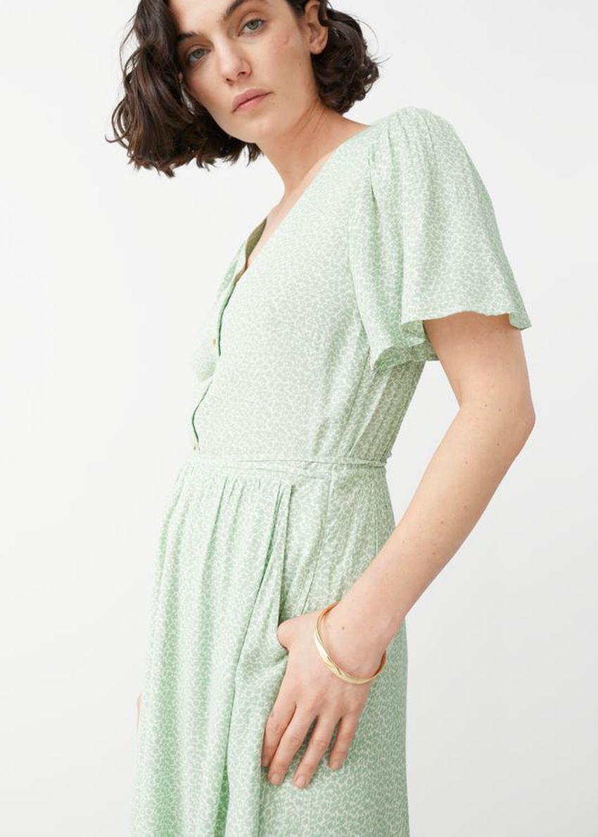 앤아더스토리즈 개더드 플러터 슬리브 맥시 드레스의 피스타치오컬러 ECOMLook입니다.
