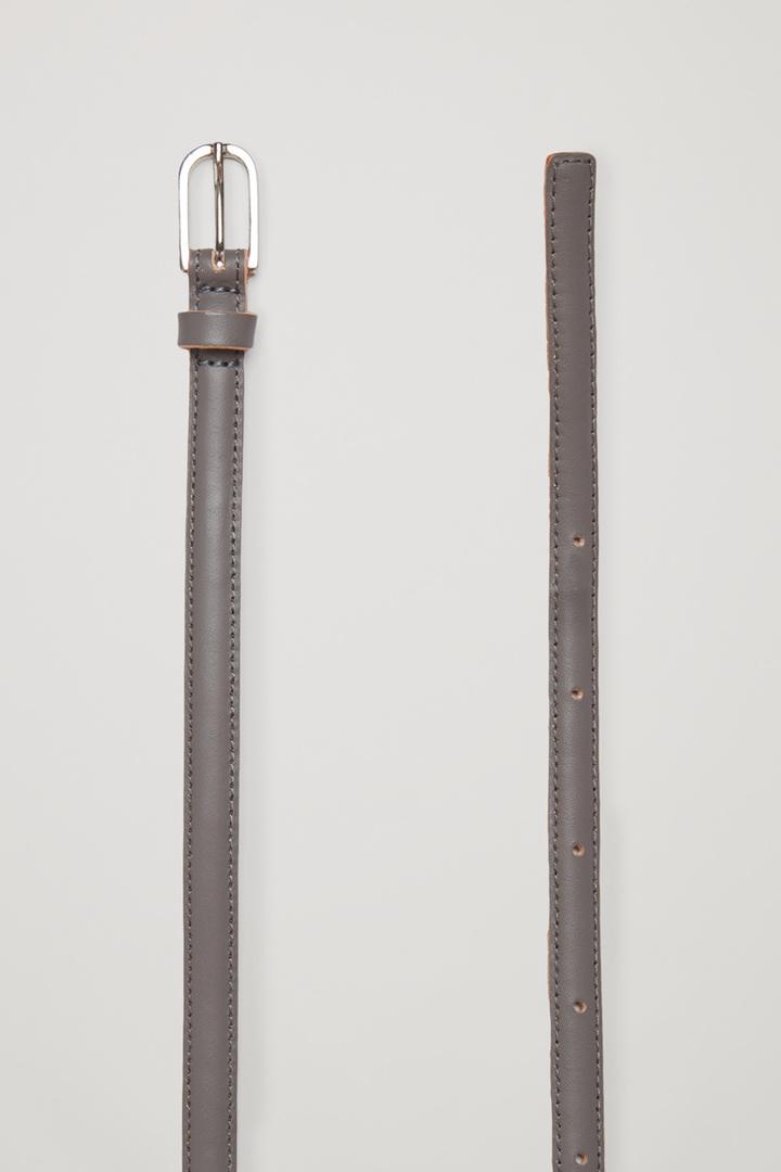 COS 롱 레더 밸트의 그레이컬러 Detail입니다.