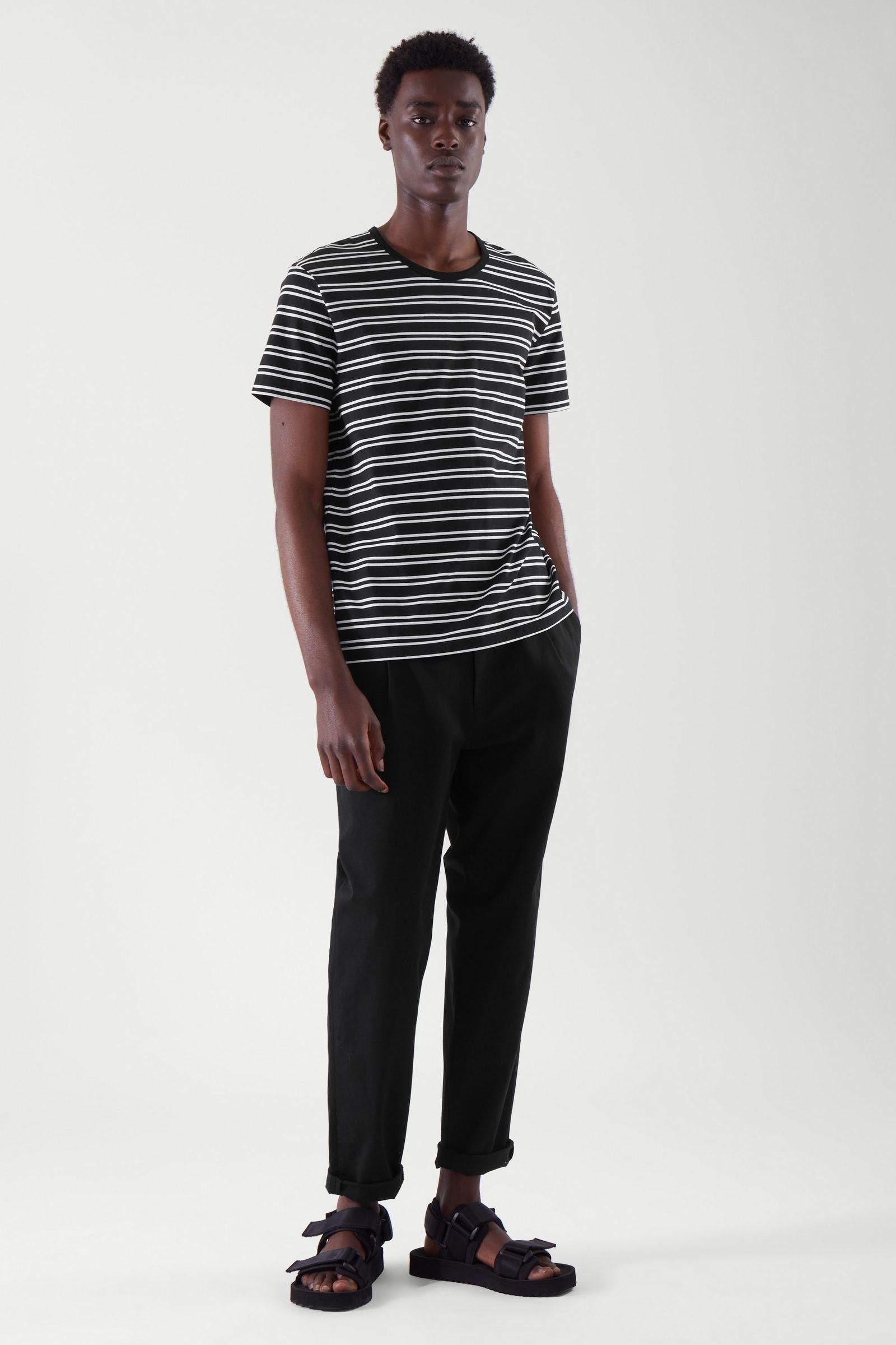 COS 레귤러 핏 티셔츠의 블랙 / 화이트컬러 ECOMLook입니다.