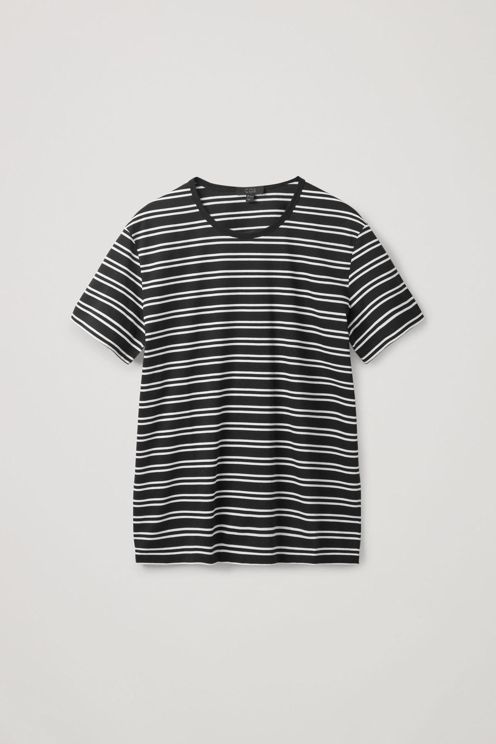 COS 레귤러 핏 티셔츠의 블랙 / 화이트컬러 Product입니다.
