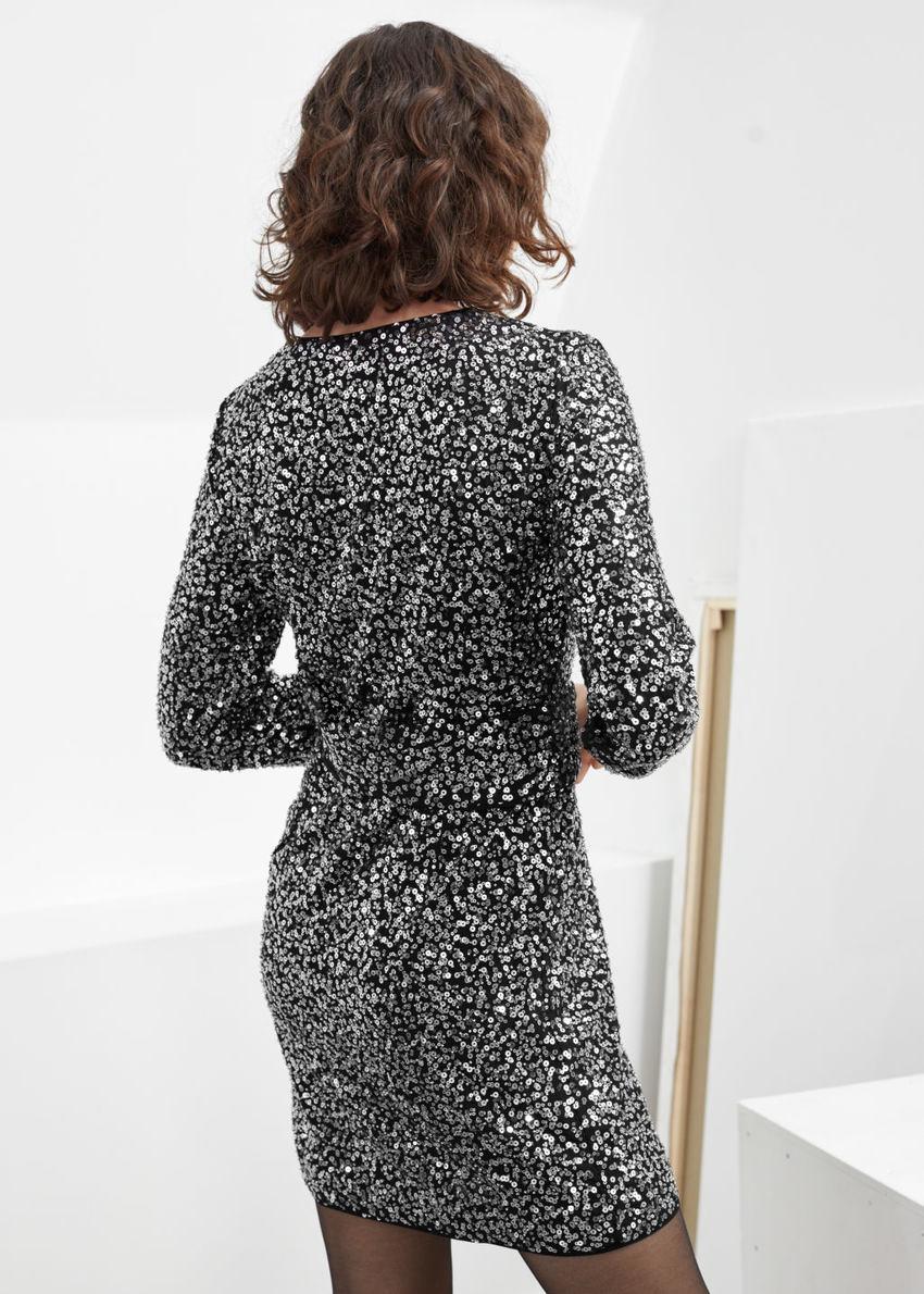 앤아더스토리즈 벨티드 시퀸 미니 드레스의 실버컬러 ECOMLook입니다.