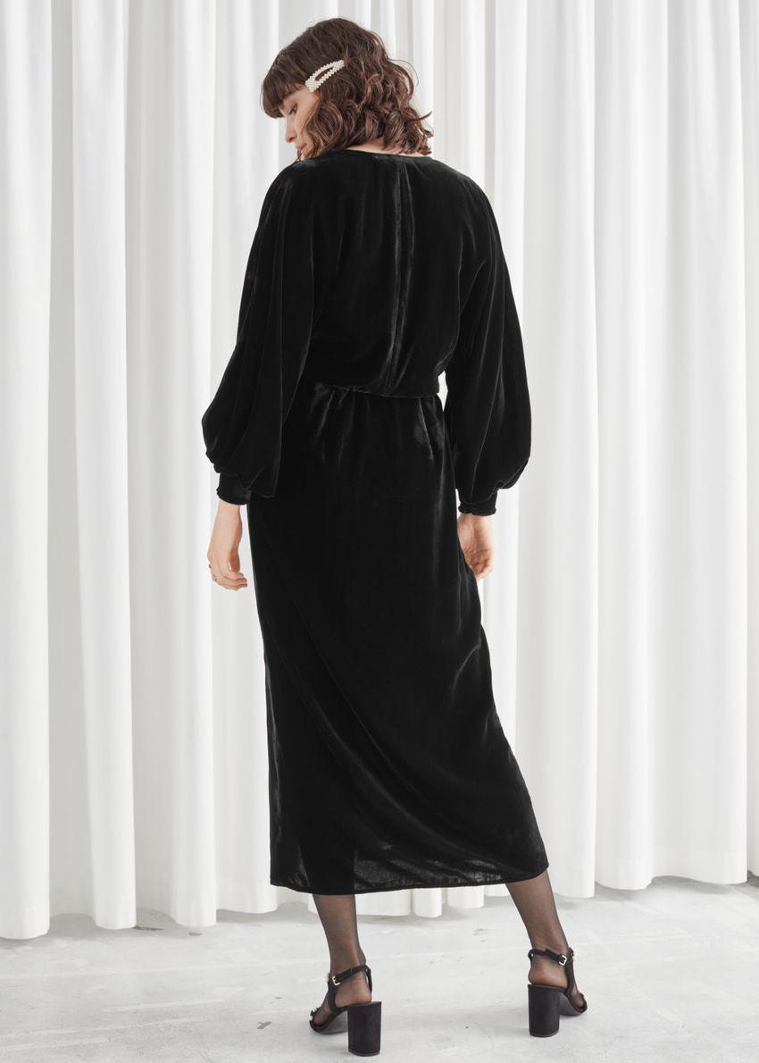 앤아더스토리즈 벨벳 사이드 슬릿 미디 드레스의 블랙컬러 ECOMLook입니다.