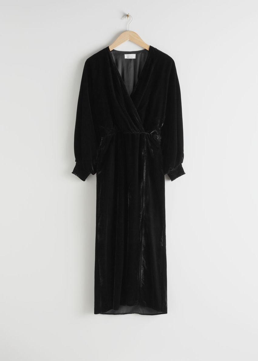 앤아더스토리즈 벨벳 사이드 슬릿 미디 드레스의 블랙컬러 Product입니다.