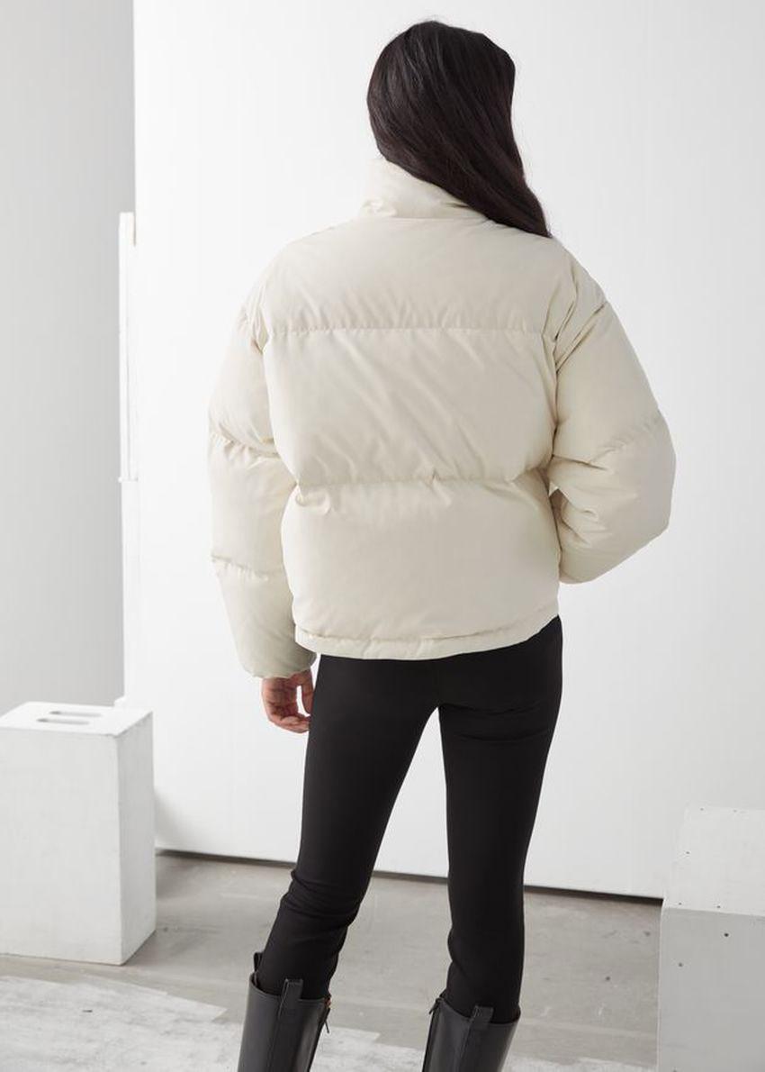 앤아더스토리즈 쇼트 오버사이즈 푸퍼 재킷의 화이트컬러 ECOMLook입니다.