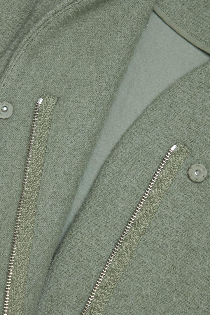COS 스탠드 칼라 울 코트의 그린컬러 Detail입니다.