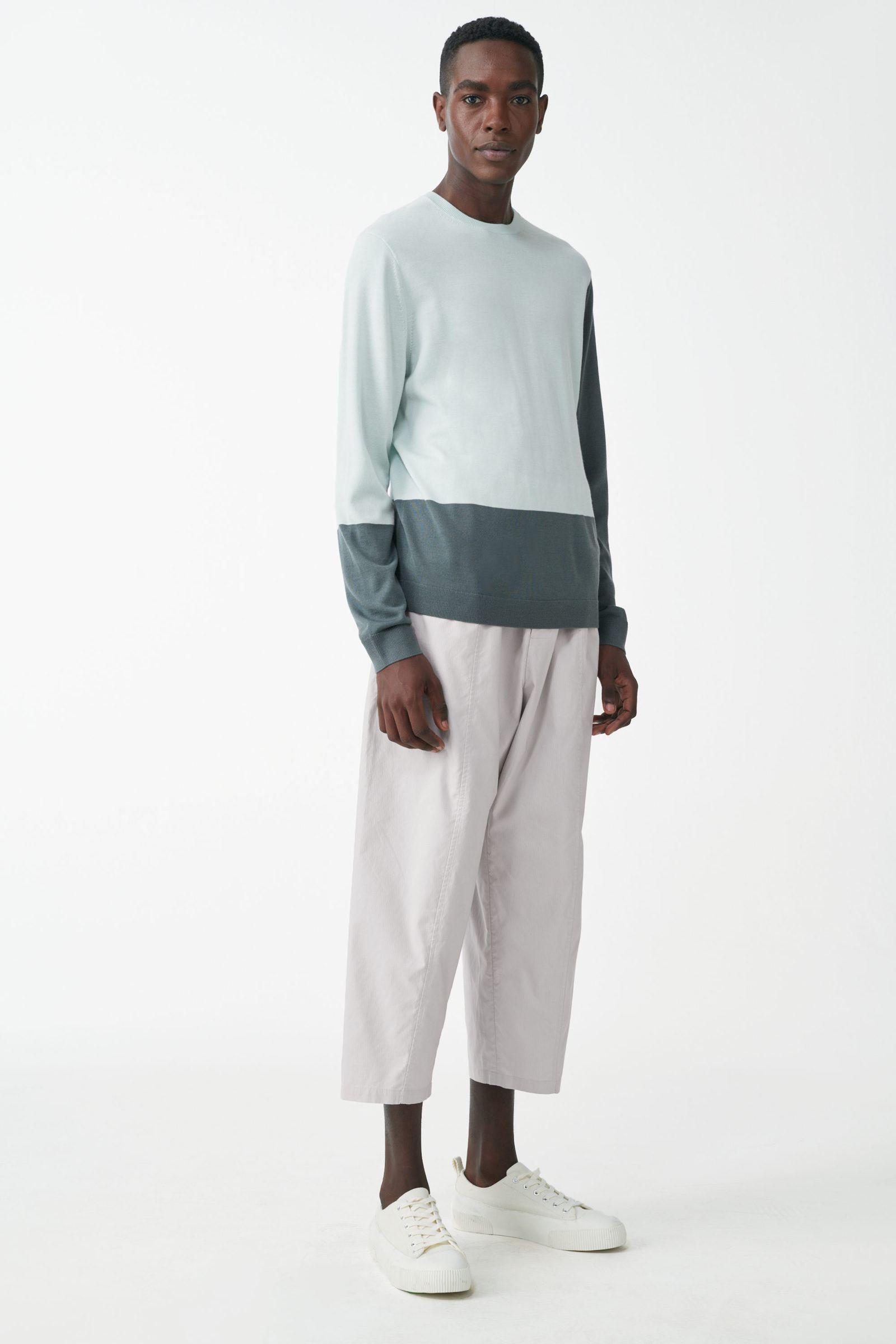 COS 메리노 크루넥 스웨터의 터쿼이즈컬러 ECOMLook입니다.
