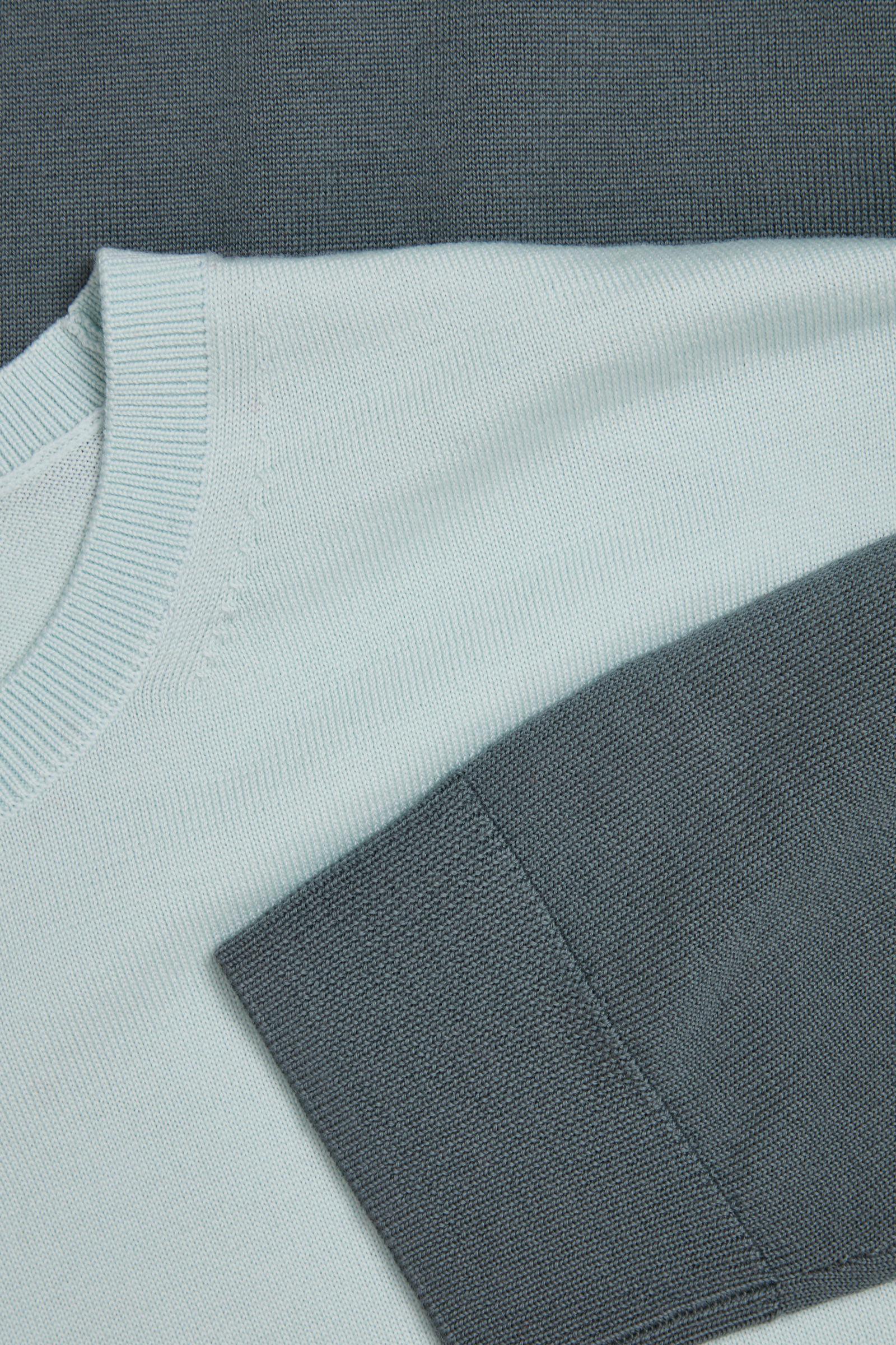 COS 메리노 크루넥 스웨터의 터쿼이즈컬러 Detail입니다.
