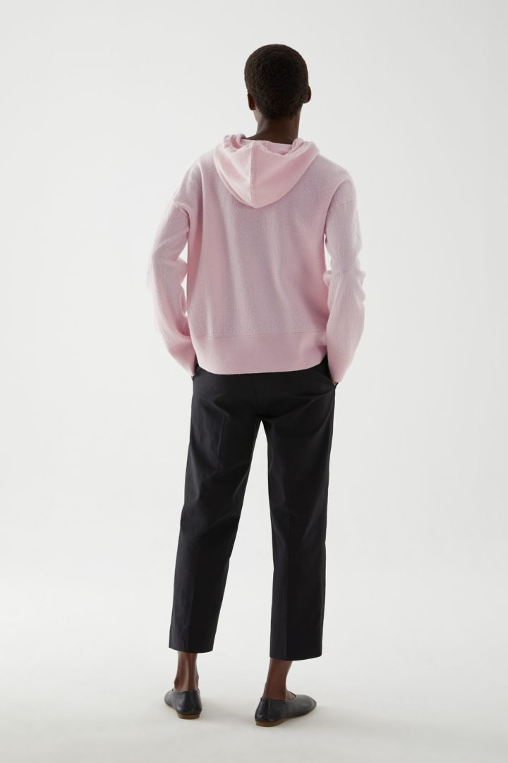 COS 보일드 울 후디드 스웨터의 핑크컬러 ECOMLook입니다.