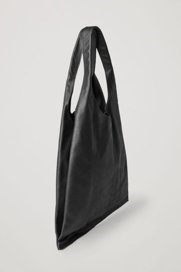 COS 폴디드 레더 쇼퍼백의 블랙컬러 Product입니다.