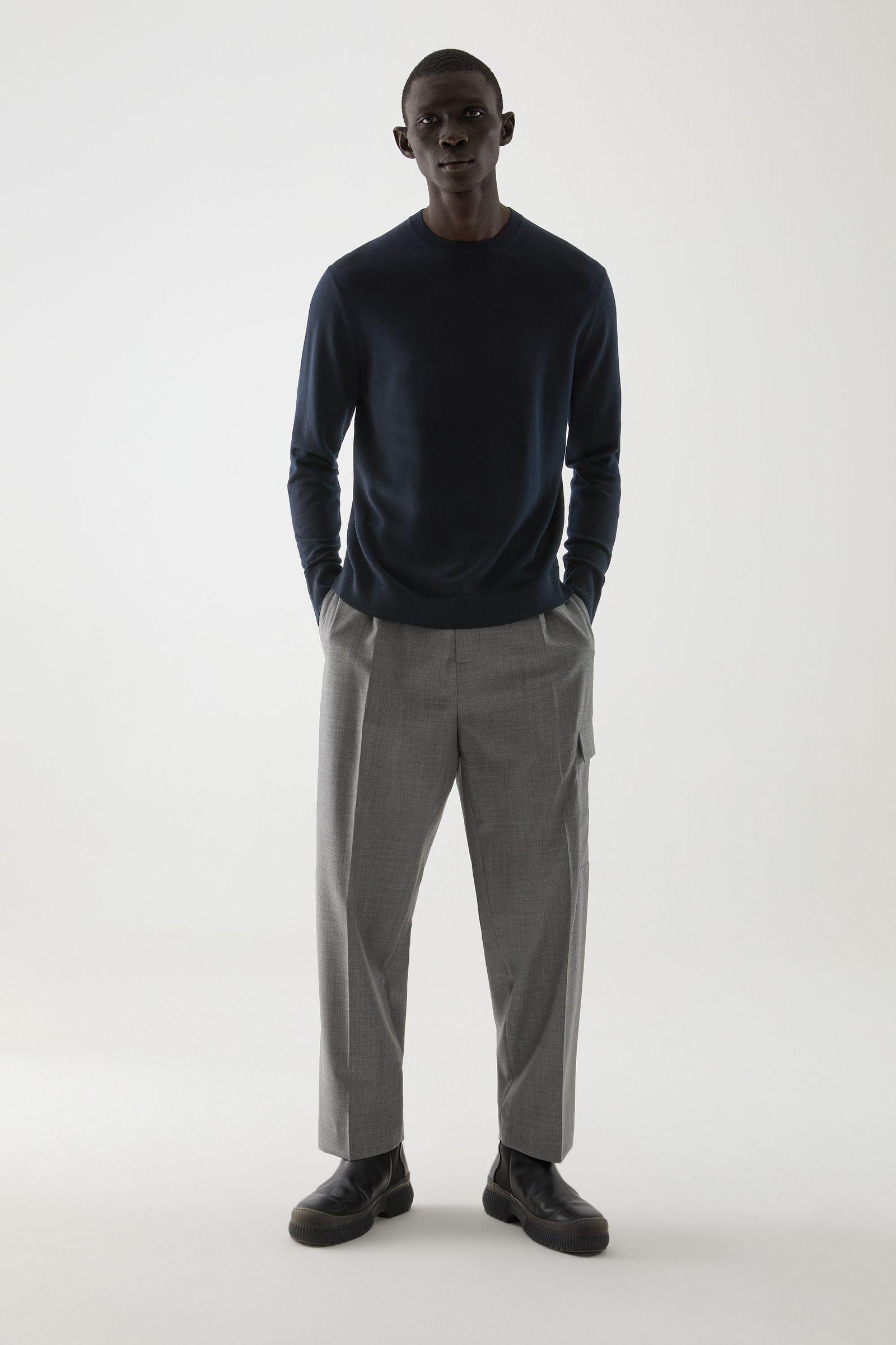 COS 메리노 크루넥 스웨터의 네이비컬러 ECOMLook입니다.