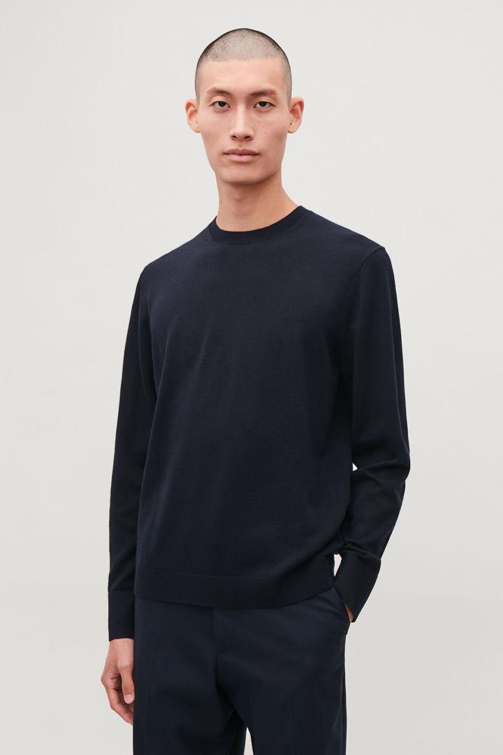 COS default image 4 of 블루 in 메리노 크루넥 스웨터