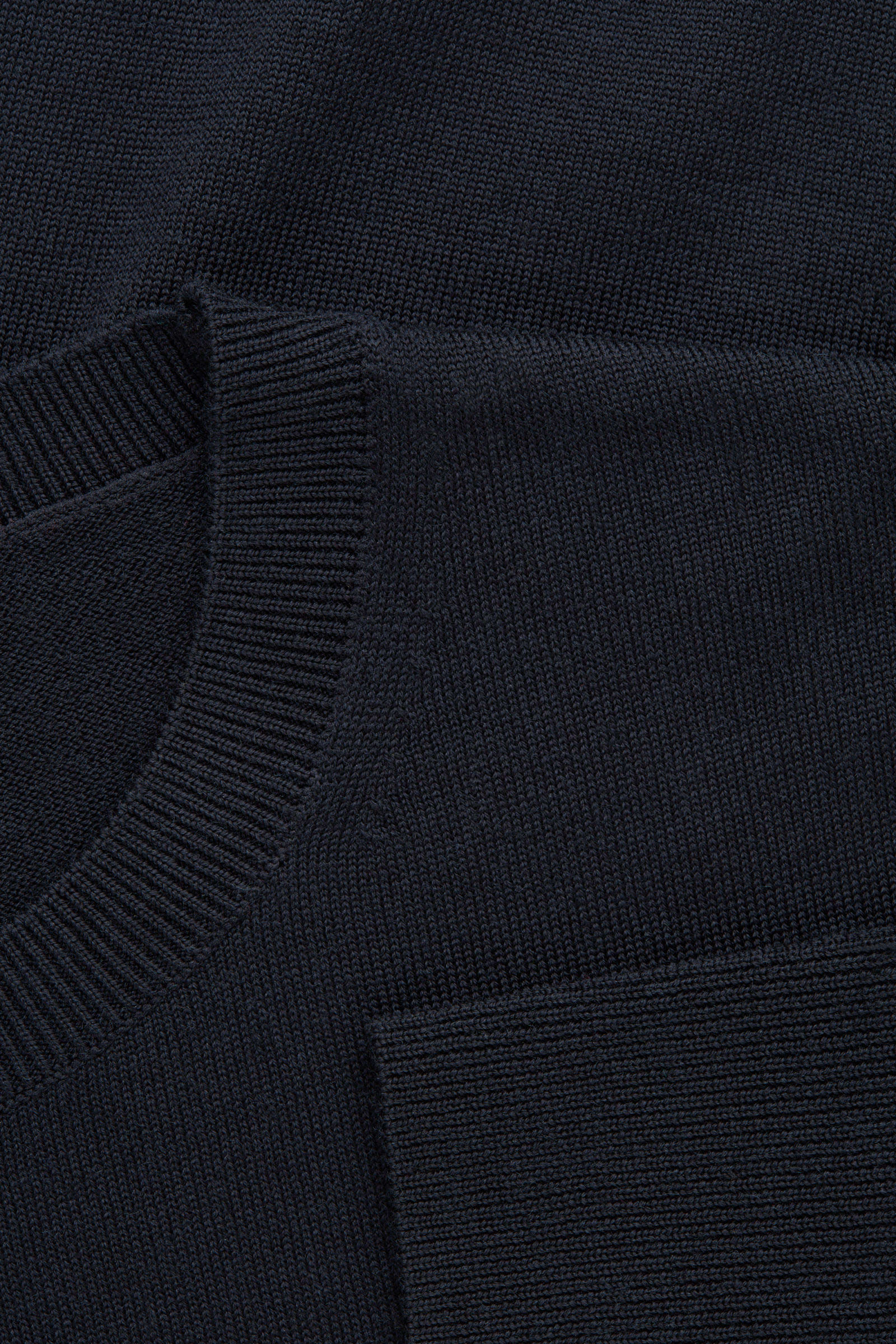 COS 메리노 크루넥 스웨터의 네이비컬러 Detail입니다.