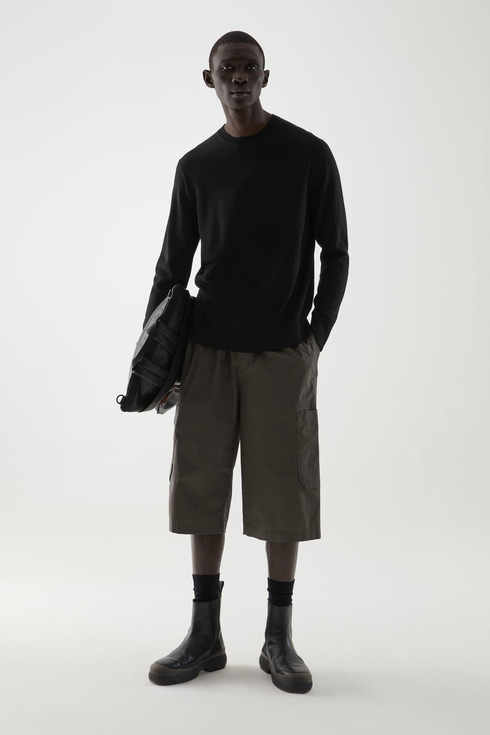 COS 메리노 크루넥 스웨터의 블랙컬러 ECOMLook입니다.