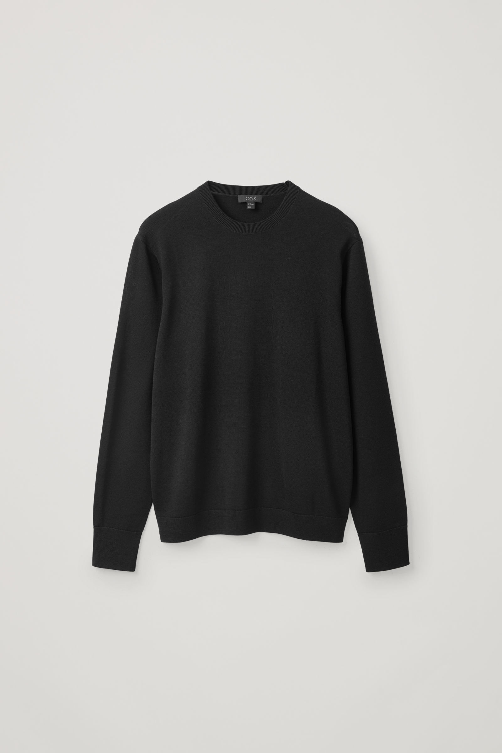 COS 메리노 크루넥 스웨터의 블랙컬러 Product입니다.
