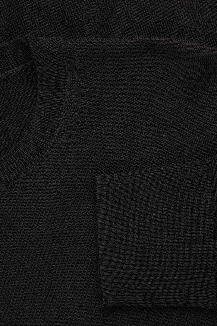 COS 메리노 크루넥 스웨터의 블랙컬러 Detail입니다.