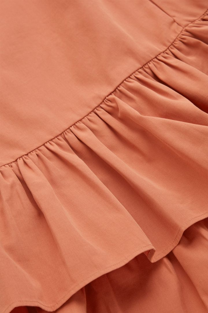 COS 개더드 헴 드레스의 브라이트 오렌지컬러 Detail입니다.