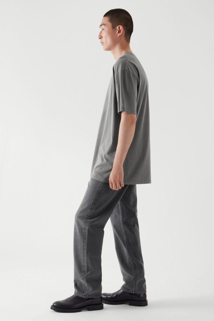 COS 오버사이즈 핏 티셔츠의 다크 그레이컬러 ECOMLook입니다.