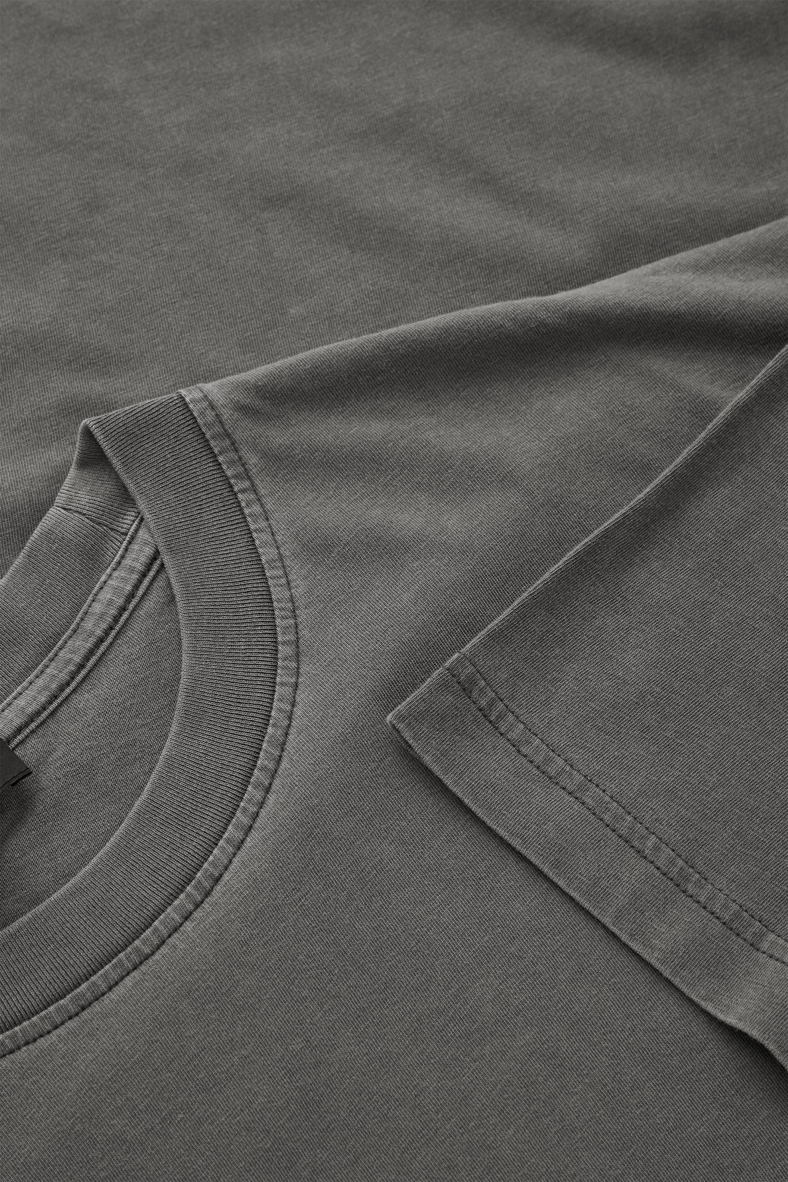 COS 오버사이즈 핏 티셔츠의 다크 그레이컬러 Detail입니다.
