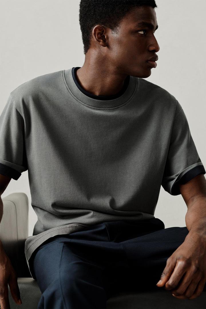 COS 오버사이즈 핏 티셔츠의 다크 그레이컬러 Environmental입니다.