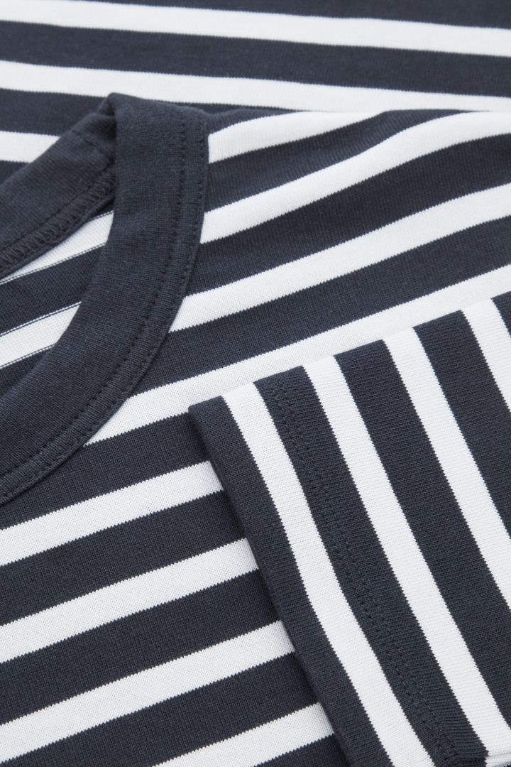 COS 브레톤 스트라이프 롱 슬리브 티셔츠의 네이비 / 화이트컬러 Detail입니다.