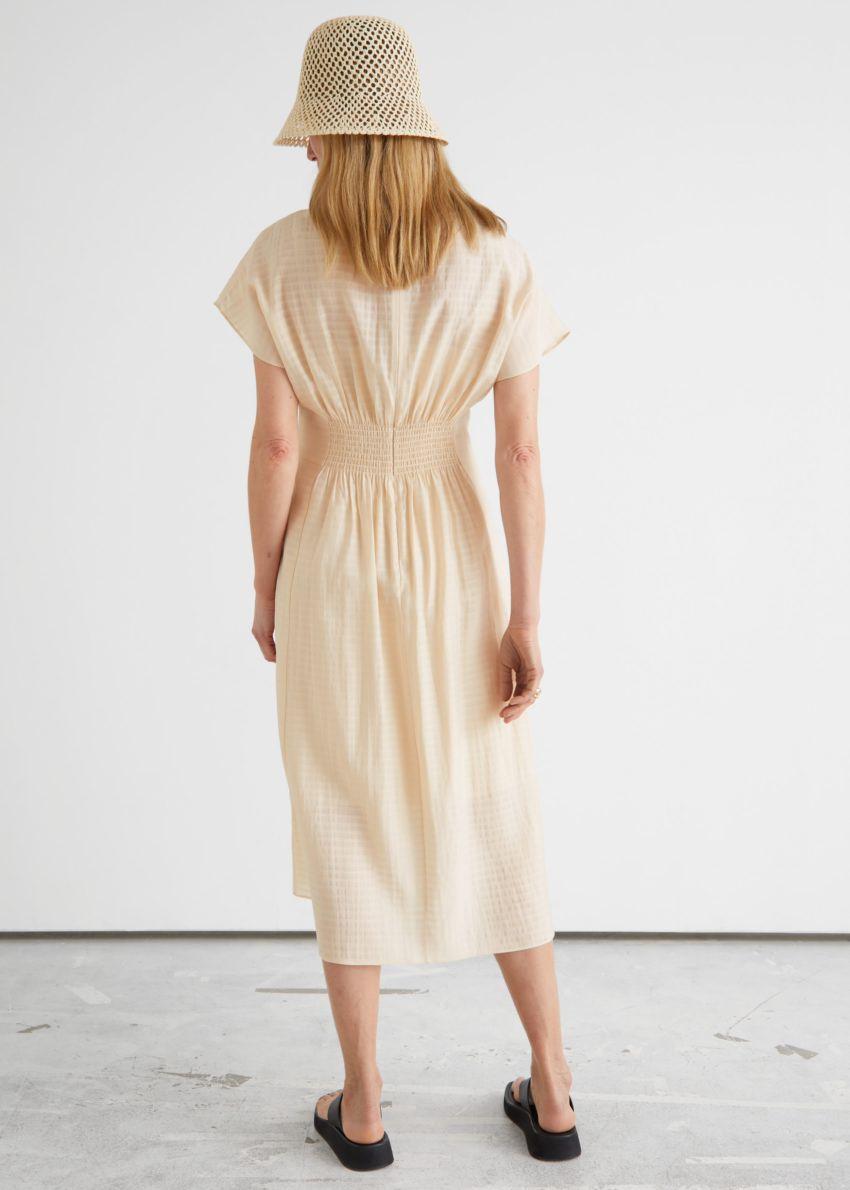 앤아더스토리즈 피티드 웨이스트 와이드 슬리브 미디 드레스의 크림컬러 ECOMLook입니다.