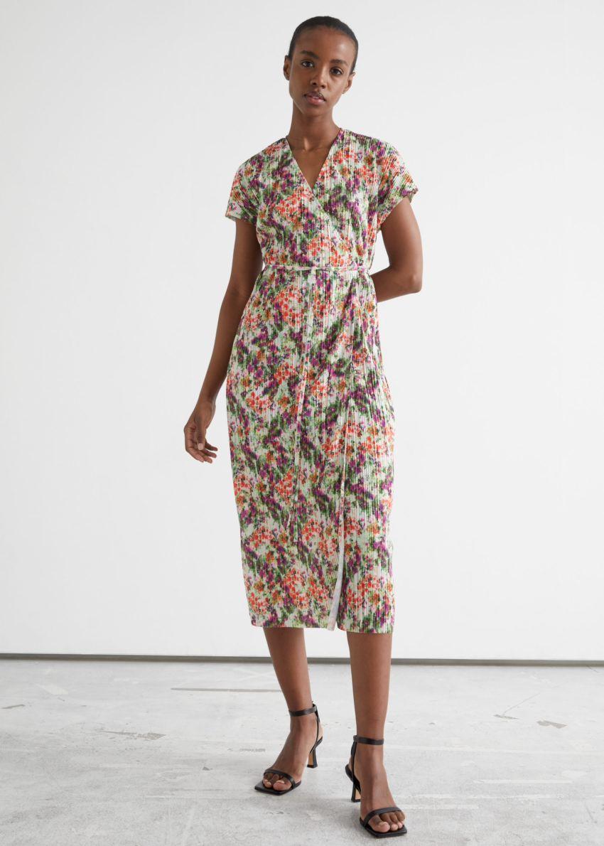 앤아더스토리즈 슬리브리스 플리세 플리츠 미디 랩 드레스의 플로럴 프린트컬러 ECOMLook입니다.