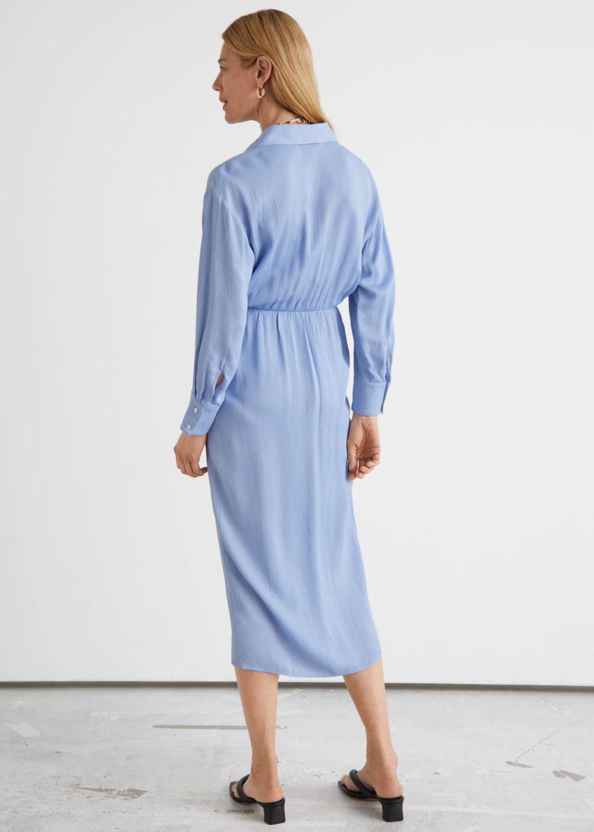 앤아더스토리즈 카라 트위스트 디테일 미디 드레스의 라이트 블루컬러 ECOMLook입니다.