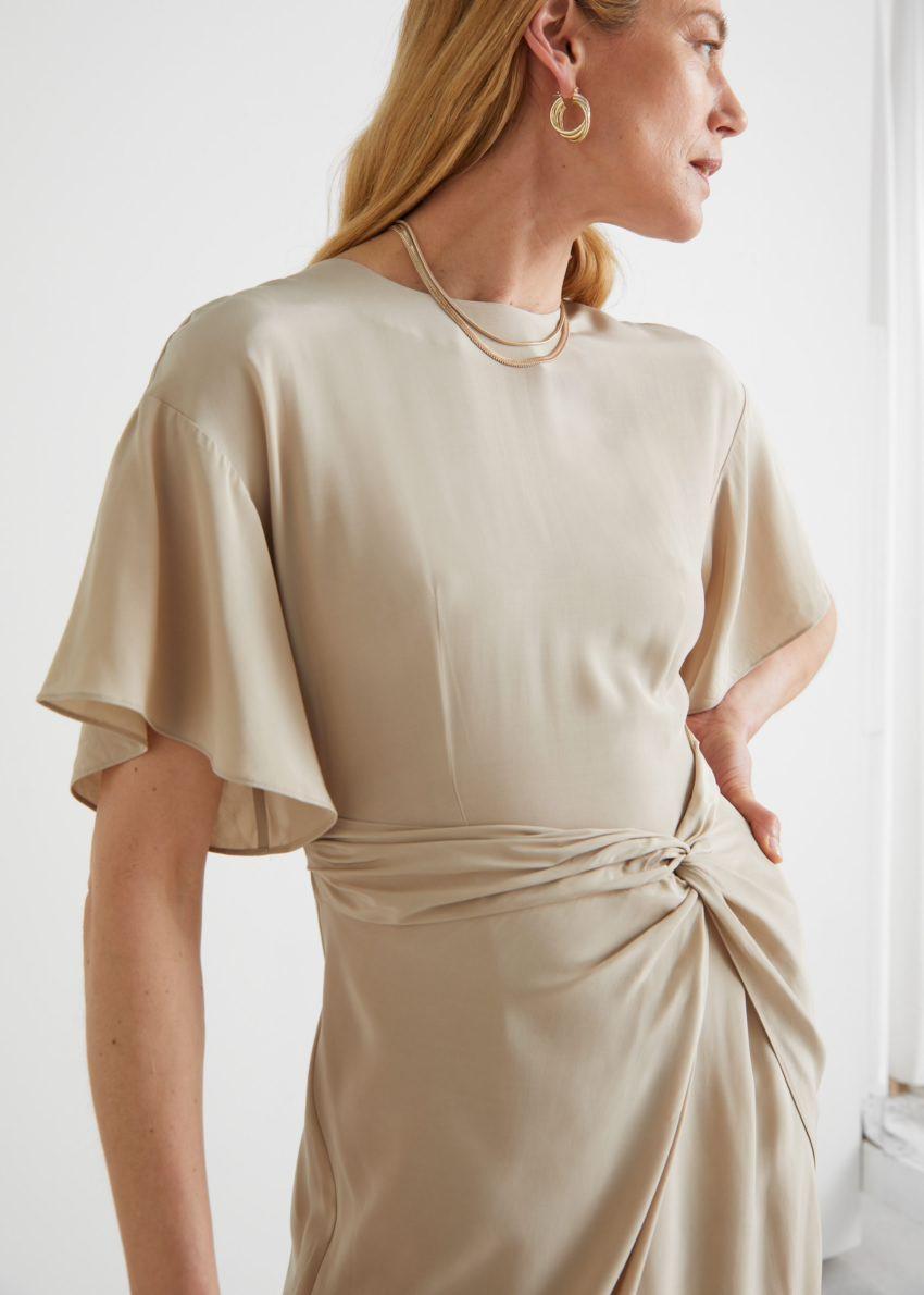 앤아더스토리즈 에이시메트릭 트위스트 디테일 미디 드레스의 베이지컬러 ECOMLook입니다.
