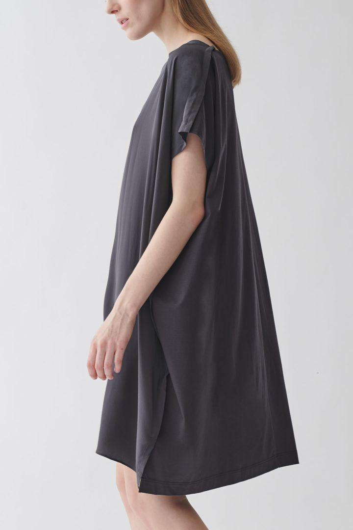 COS 오가닉 코튼 멀버리 실크 릴랙스드 튜닉 드레스의 그레이컬러 ECOMLook입니다.
