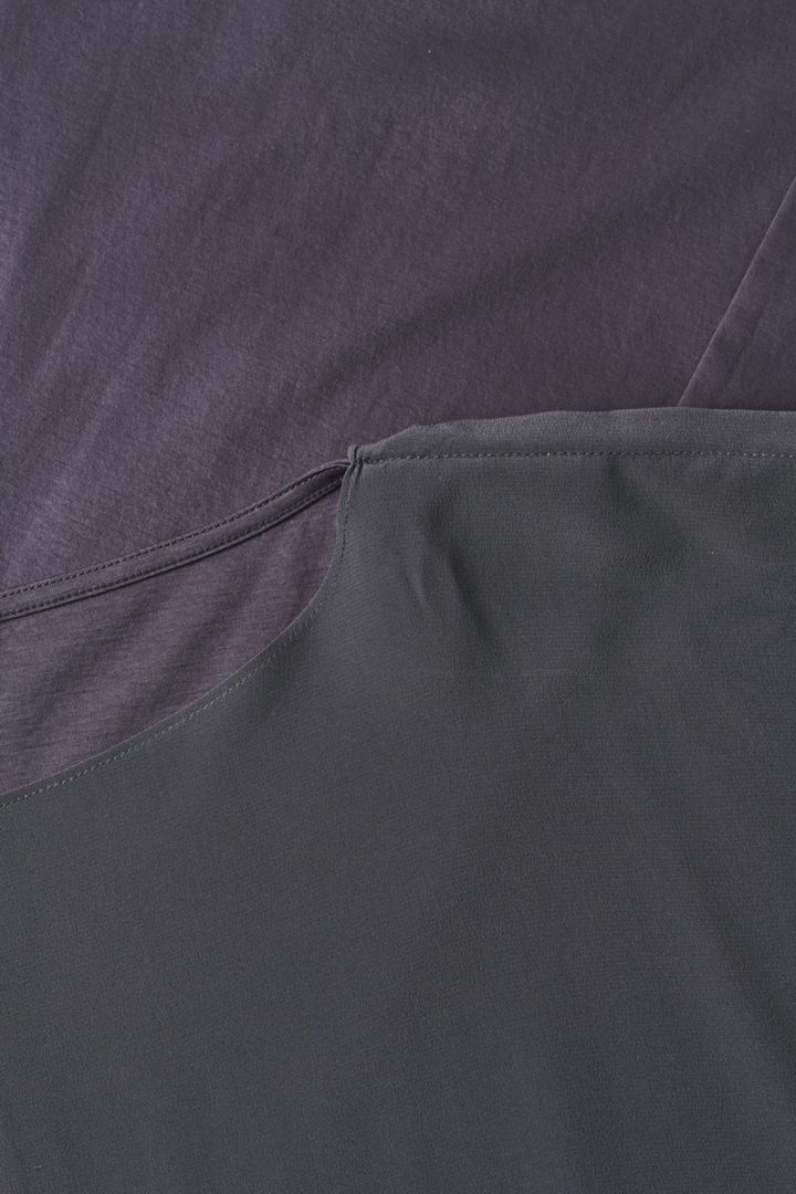 COS 오가닉 코튼 멀버리 실크 릴랙스드 튜닉 드레스의 그레이컬러 Detail입니다.