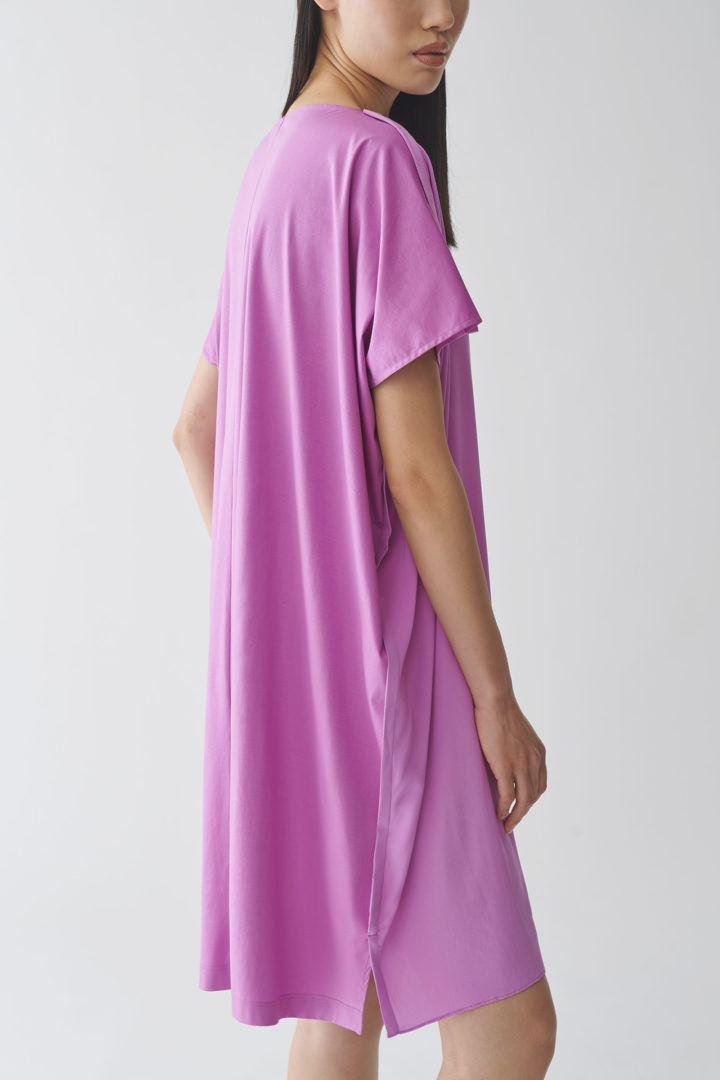 COS 오가닉 코튼 멀버리 실크 릴랙스드 튜닉 드레스의 퍼플컬러 ECOMLook입니다.
